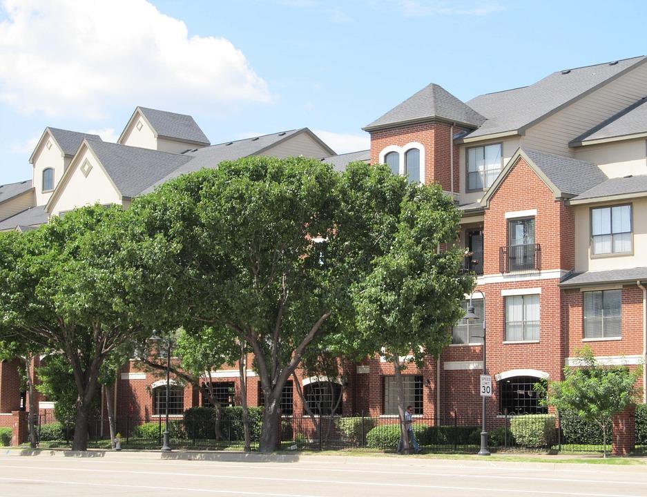 Les Ventes de maison neuves en hausse et baisse des reventes de logements sur le marché au É-U